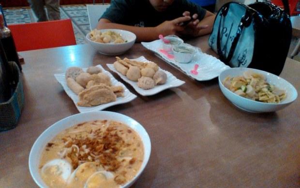 Makan pempek di Palembang